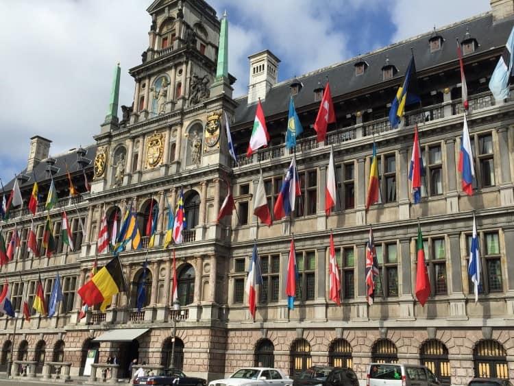 Het Stadhuis van Antwerpen, gelegen midden op de Grote Markt