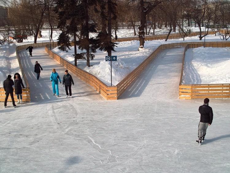 In de winter is het ook leuk, je kan dan meerdere (soorten)schaatsbanen vinden in Gorky Park