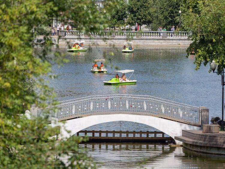 Om de ontspanning helemaal compleet te maken huur je een waterfiets in Gorky Park en zoek je de rust in het midden van het water