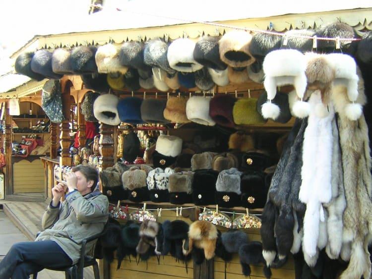 Één van kraampjes die je natuurlijk op de Bontmutsen op de Izmailovsky Souvenir Market terug vindt is die met bontmutsen.