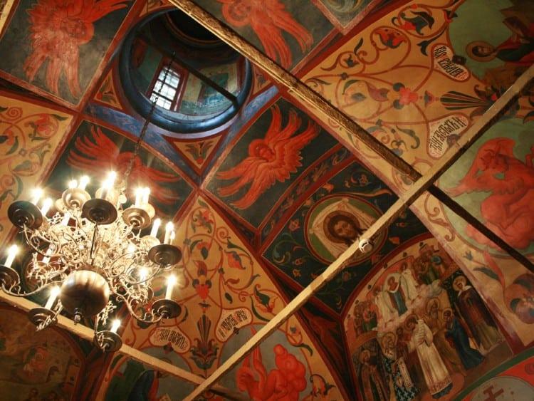 Het plafond aan de binnenkant van de St. Basil Kathedraal is super mooi geschilderd!!
