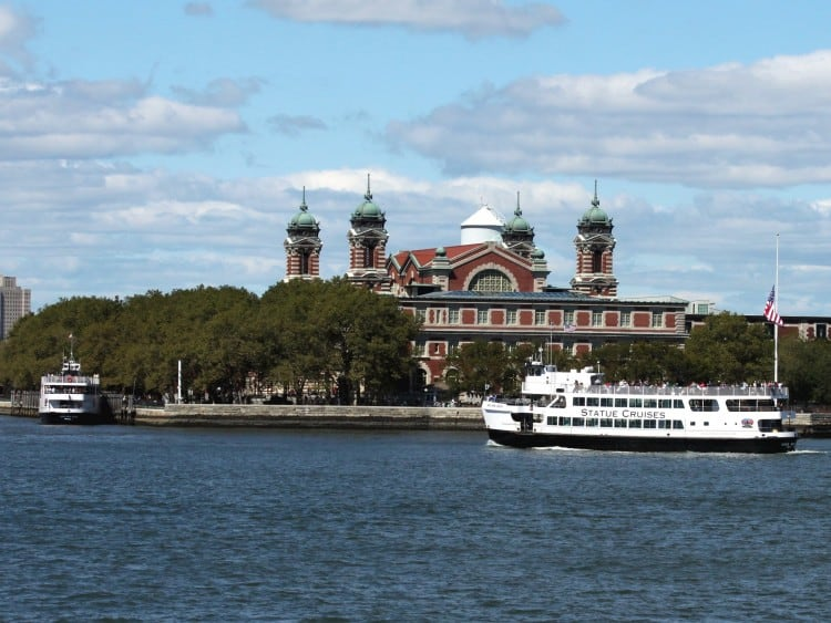 Met de boot/ferry kom je bij het Vrijheidsbeeld en Ellis Island