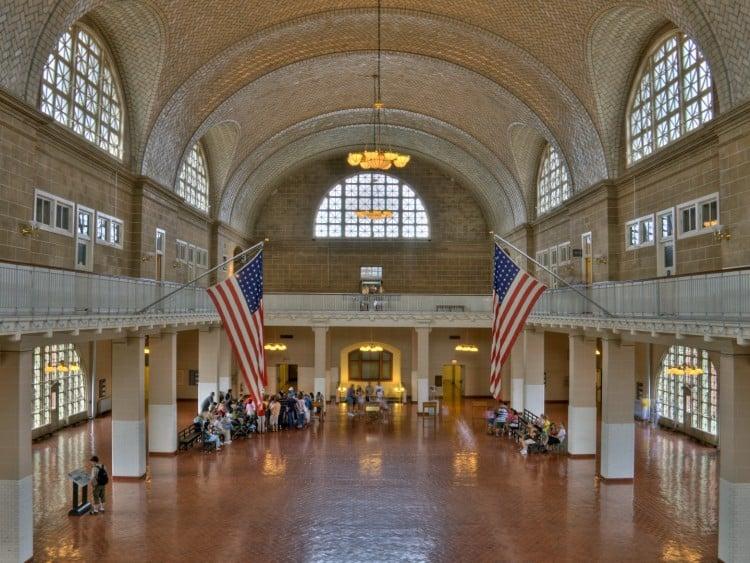 De grote hal van Ellis Island, dit is de eerste plek waar de immigranten binnen kwamen, vanaf hier begonnen de inspecties of zij wel of niet Amerika in werden gelaten