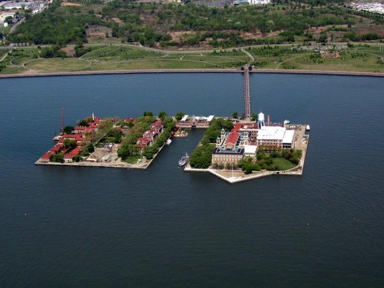 Het volledige Ellis Island vanuit de Helikopter gezien met aan de linker kant ook nog het Ellis Island Hospital Morgue