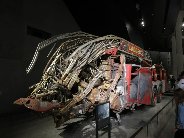 Een vernietigde brandweerwagen als gevolg van het instorten van de WTC torens is tentoongesteld in het 9/11 Museum
