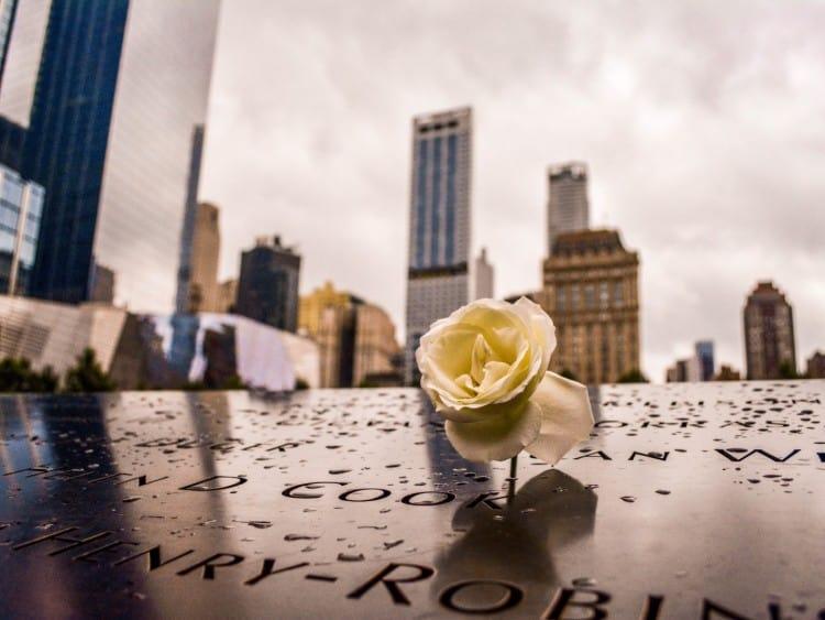 Langs de rand van het 9/11 memorial zijn alle namen neergezet van allen die zijn overleden bij de aanslag in 2001