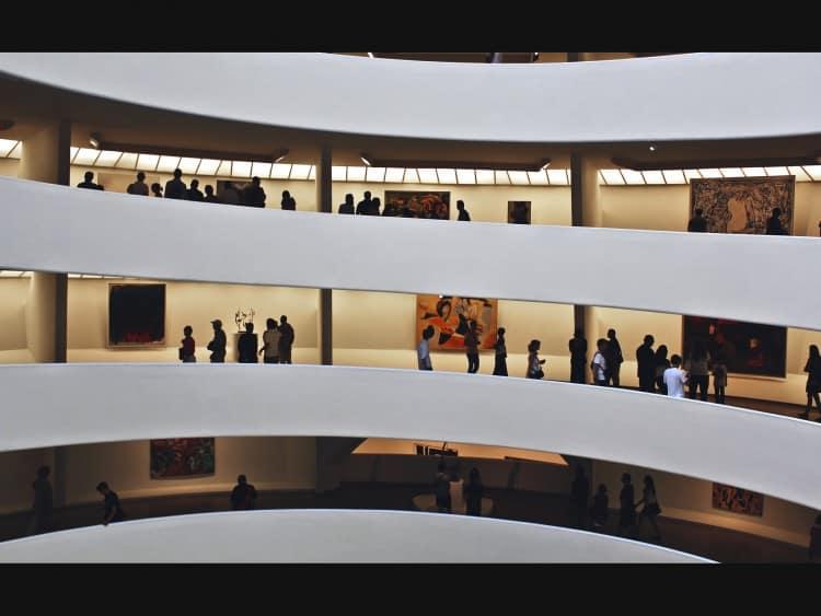In het Guggenheim heb je geen hallen met kunst, deze hangen helemaal rondom de gigantische trap die je op- of afloopt.
